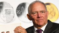 Wolfgang Schäuble mit einem Satz Luther-Briefmarken
