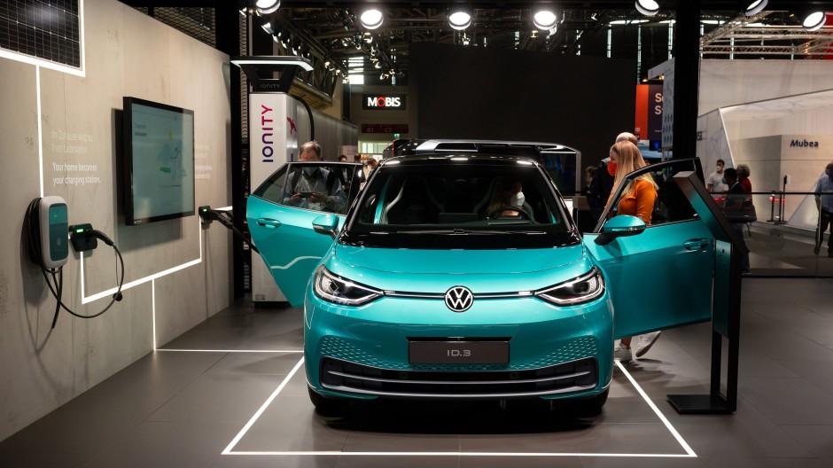 Ein Volkswagen ID.3 steht während der Internationalen Automobil-Ausstellung (IAA Mobility) am Messestand von Volkswagen.