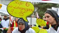 Mit Trillerpfeifen und Plakaten demonstrierten gestern in Potsdam Gewerkschafter vor dem Auftakt zur zweiten Runde der Tarifverhandlungen im öffentlichen Dienst der Länder.