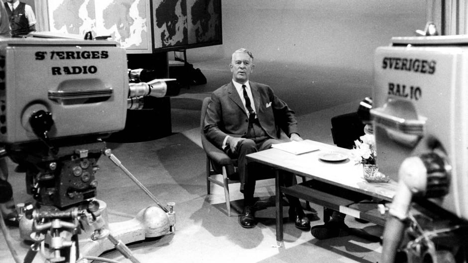 Bertil Ohlin im Jahr 1962 in einem Fernsehstudio.