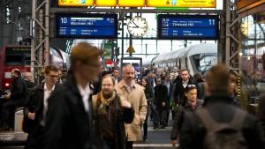 So viele Menschen mit Bus und Bahn unterwegs wie noch nie