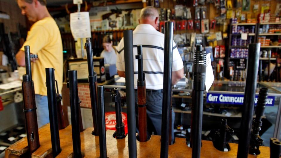 Kunden in einem amerikanischen Waffenladen
