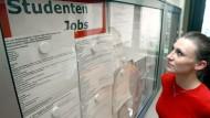 Alternative zum Blick aufs Schwarze Brett: Wer einen Studentenjob sucht, kann sich auch vermitteln lassen.