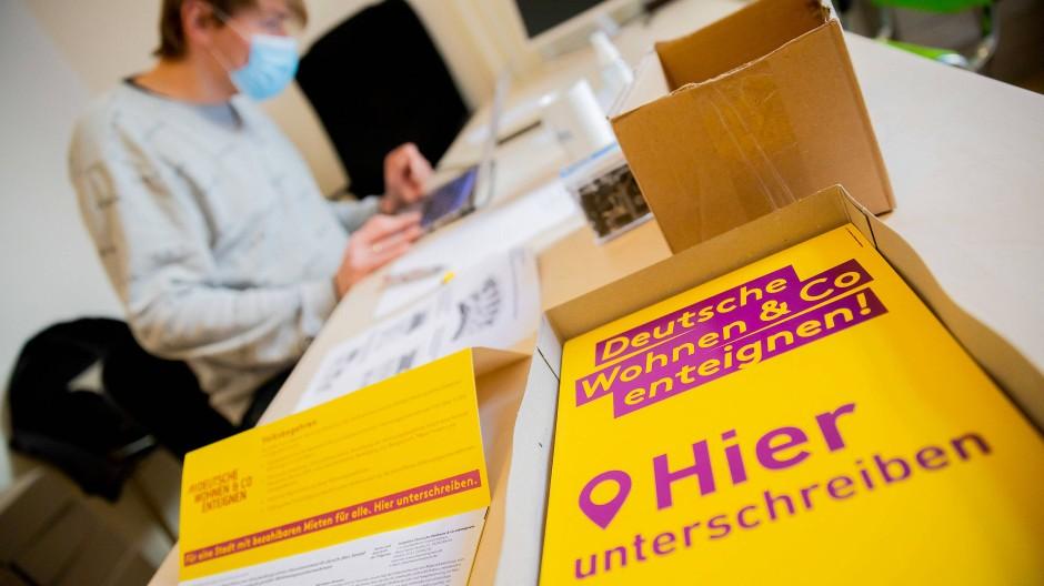 """Im Organisationsbüro des Volksbegehrens """"Deutsche Wohnen & Co. enteignen"""""""