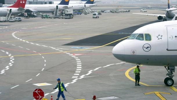 Flugausfaelle und Verspaetungen trotz Streikverbots fuer die Fluglotsen