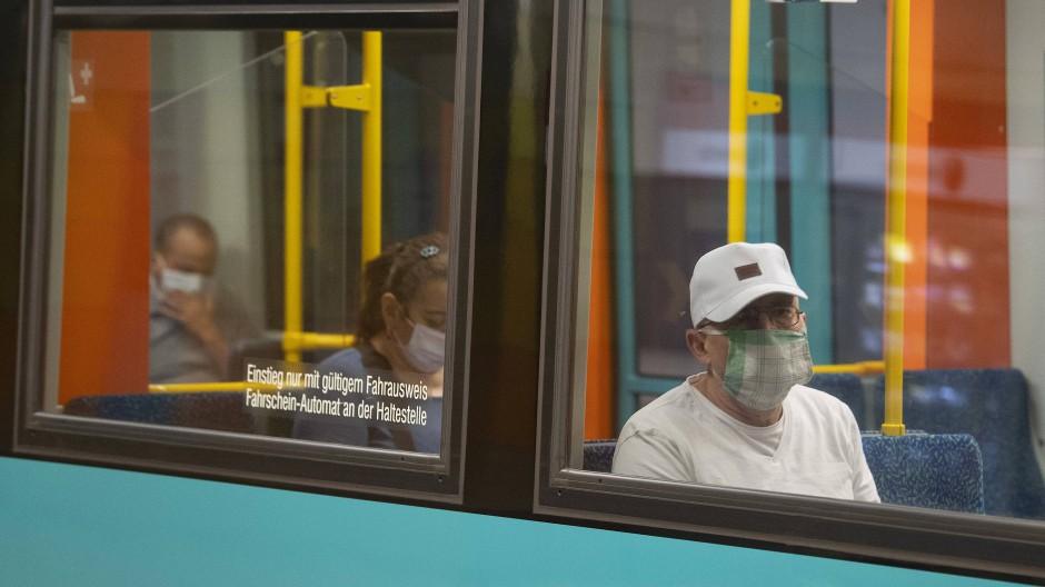 Durch das Tragen von Mund-Nase-Bedeckungen schützen sich Fahrgäste in Frankfurt vor dem Coronavirus.