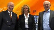 Wolfgang Wahlster (l.), seine Nachfolgerin Jana Koehler und der DFKI-Aufsichtsratsvorsitzende Hans-Albert Aukes in Berlin.