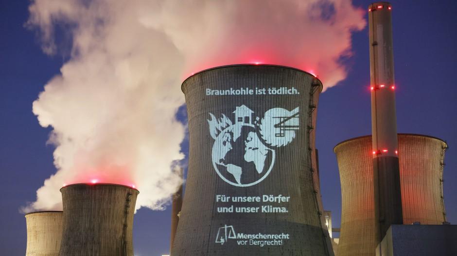 Nicht nur Aktivisten, sondern auch Aktionäre fordern einen schnelleren Kohleausstieg von RWE.