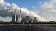 Kohlekraftwerk Niederaussem: Der Betreiber RWE hat im vergangenen Jahr einen großen Verlust gemacht.