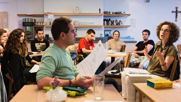 Abendtreff mit Förderanträgen: Hortensia Gonzáles (rechts) hilft den spanischen Praktikanten