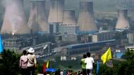 Kohle-Renaissance in China: Aus den Kühltürmen eines Kohlekraftwerks in Zhangjiakou steigt Wasserdampf auf.