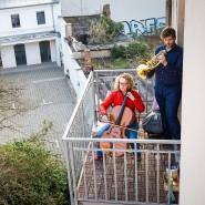 Zeichen setzen in der Krise: Ein Musikerpaar spielt auf dem Balkon.