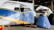 Hamburg: Die Cockpits zweier Boeing 707 stehen in einer Lagerhalle. Sammlerstücke dieser beiden Flugzeuge werden ab dem 24. September auf einer Online-Auktion versteigert.