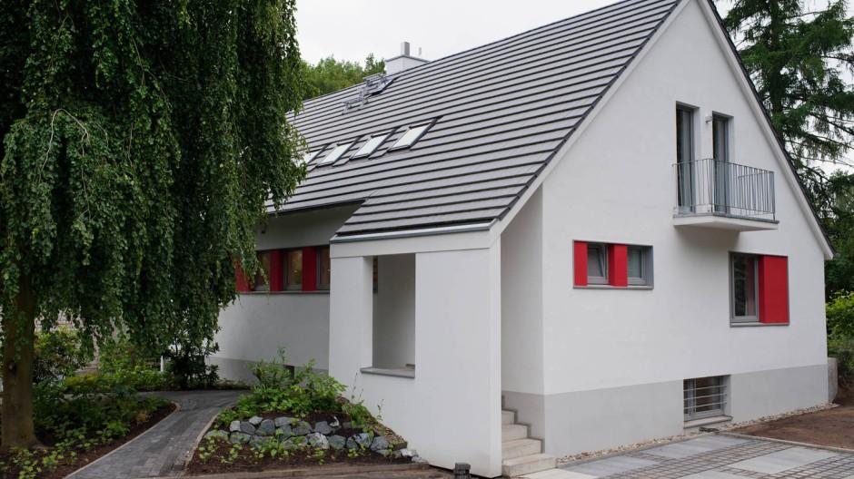 Neues Dach, neue Fassade, neuer Eingang: Nach der Sanierung zeigt das Haus eine klare Linie.