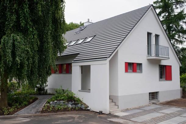 bilderstrecke zu neue h user 2012 haus bletgen ein haus sieht rot bild 1 von 9 faz. Black Bedroom Furniture Sets. Home Design Ideas