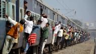 Alltägliches Bild: Überfüllter indischer Pendlerzug