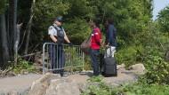 Auf dem Weg nach Kanada: Grenzzaun zwischen den Land und den Vereinigten Staaten.