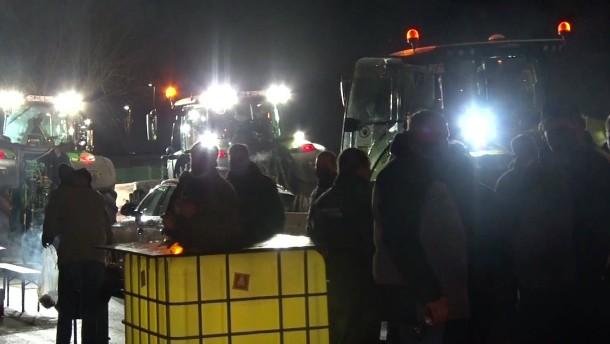 Landwirte blockieren Aldi-Lager mit Traktoren