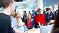 Schnelles Kennenlernen: Studenten des Hasso-Plattner-Instituts in Potsdam beim Speeddating mit potentiellen Arbeitgebern.