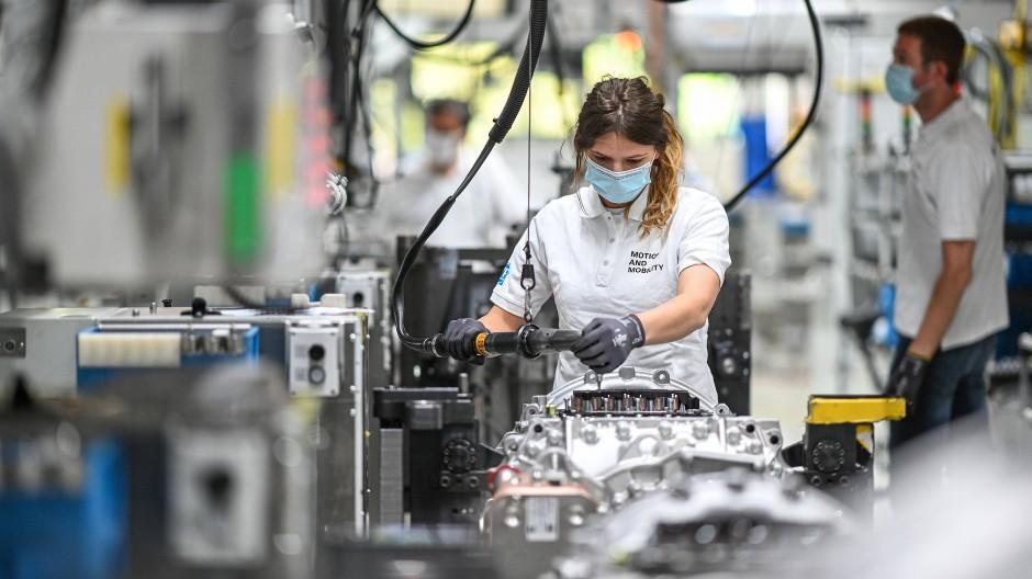 Im Maschinenbau sollen die Azubis größtenteils bleiben.