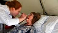 Maren Götz während der Untersuchung einer Patientin im Examen.