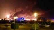 Über der getroffenen Ölanlage in Abkaik steht eine immense Rauchsäule (Fernsehbild).