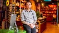 Rachid Ratzmann ist Empfangsleiter im 25 Hours Hotel in Frankfurt und seit Beginn der Pandemie in Kurzarbeit.