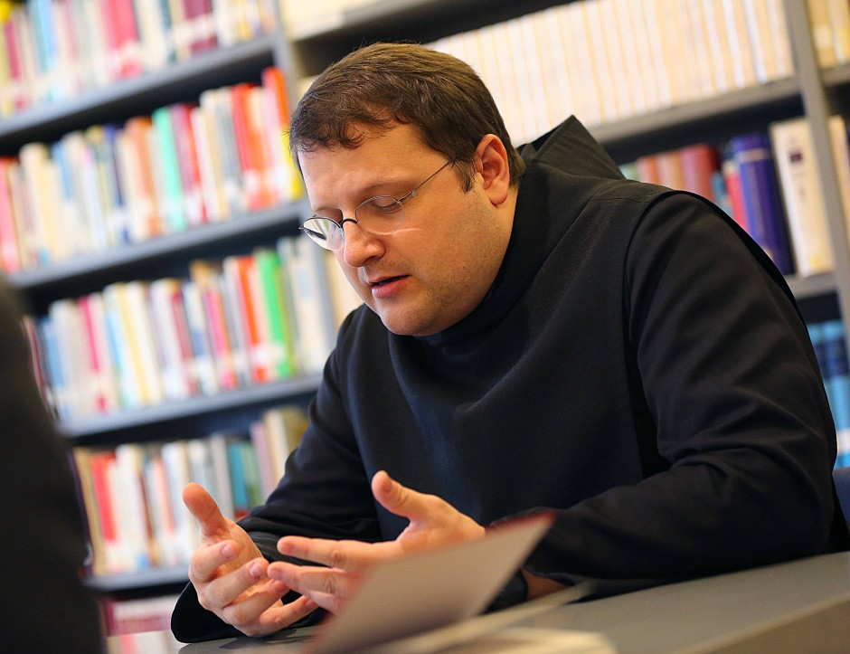 Bruder Lukas, Priesteranwärter, in der Bibliothek des Priesterseminars St. Lambert