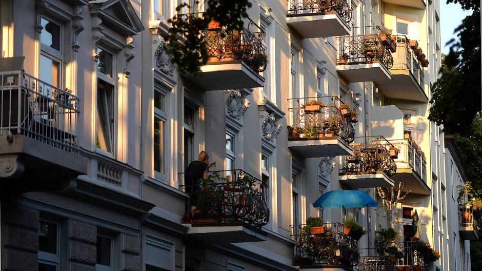 Mieten sollen durch die Maßnahme günstiger werden: Balkone eines Mietshauses in Hamburg