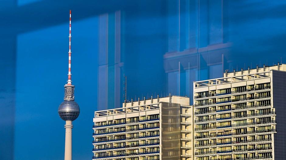 Neu vor alt: Neubauten in der Berliner Innenstadt spiegeln sich in einem Blick auf den Berliner Fernsehturm.