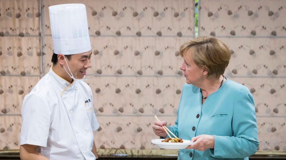 Chinesisch für Anfänger: Bundeskanzlerin Merkel beim kulinarischen Fachsimpeln in Chengdu letzten Sommer.