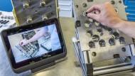 Mit dem Tablet in der Fabrikhalle - was macht Industrie 4.0 mit den Arbeitsplätzen?