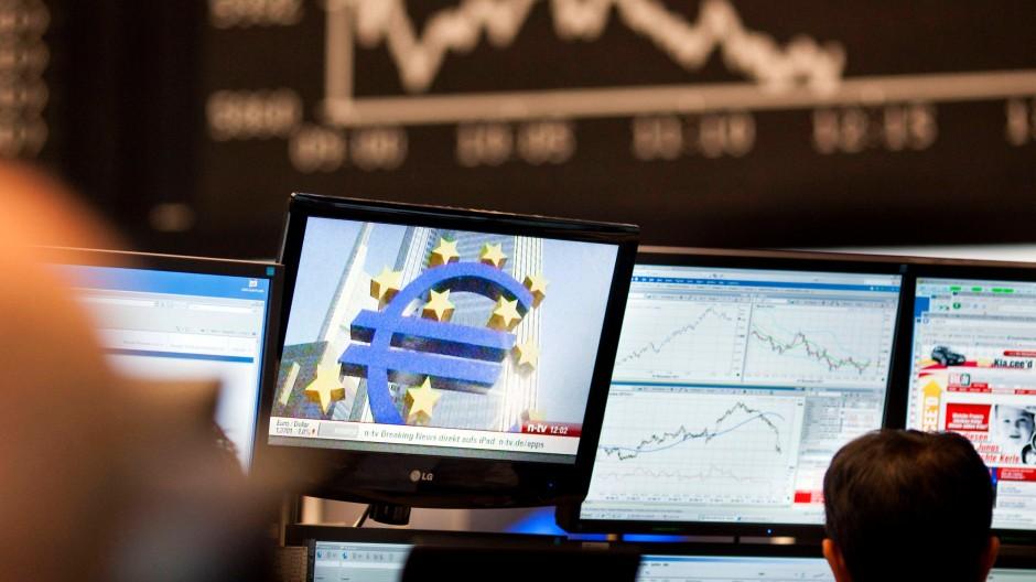 Wie könnte es anders sein? Auch die Händler der Frankfurter Börse verfolgen derzeit die aktuellen Meldungen zur Eurokrise.