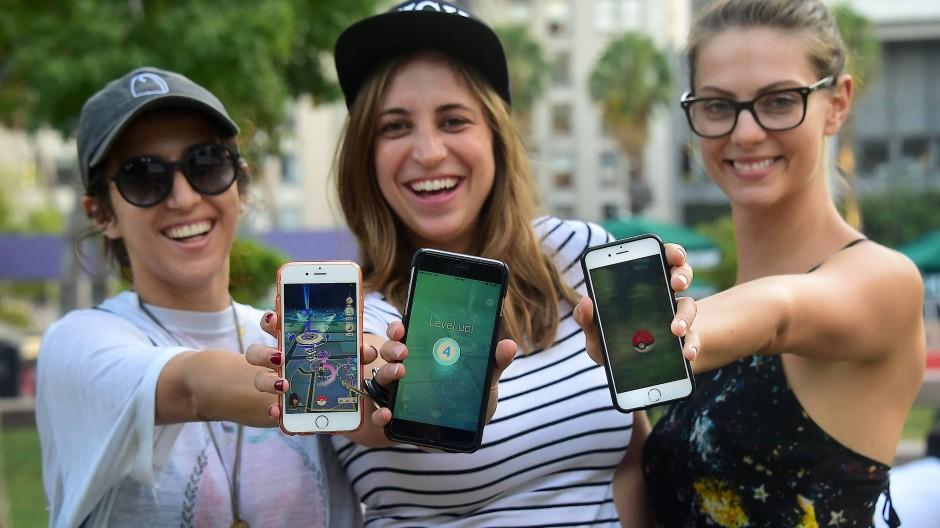Jugendliche spielen Pokemon Go in Los Angeles.