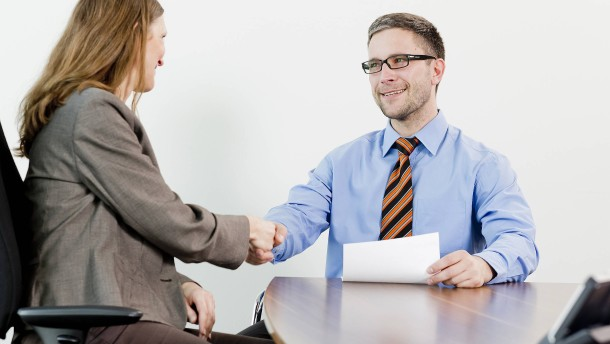 Nur wenige Frauen fragen nach Gehältern der Kollegen