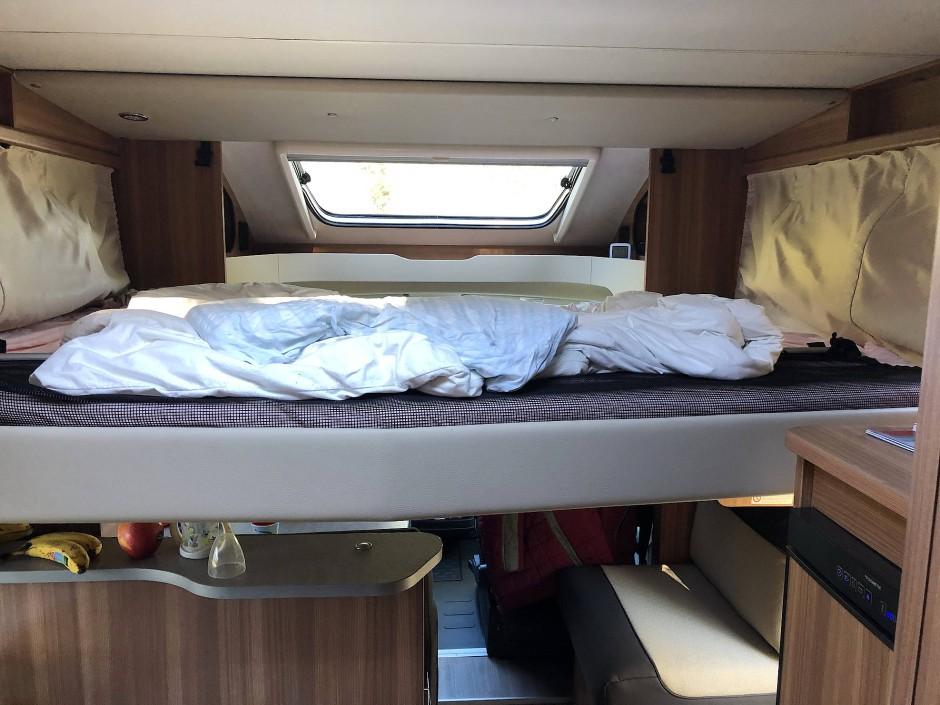 Knapp unter der Decke, hoch über dem Boden: Das Hubbett für die Eltern.