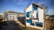 Mehr als nur Wärmedämmung: Diese Altbauten in Mannheim sind nicht nur energetisch saniert worden. Im Rahmen des Projekts Stadt.Wand.Kunst hat sich das Duo Quintessenz der Giebelfassaden angenommen.