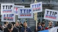 TTIP-Gegner protestieren vor dem Europäischen Parlament in Brüssel.