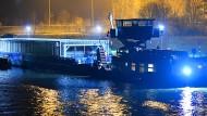 Ein mit Castor-Behältern beladenes Spezialschiff legt in Obrigheim von der Anlegestelle des Atomkraftwerks ab.