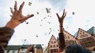 Geldregen über Frankfurt: Nie war die Idee des bedingungslosen Grundeinkommens beliebter.