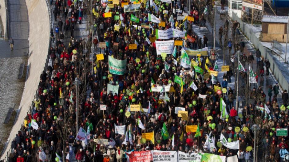 Tausende marschieren und demonstrieren gegen Massentierhaltung