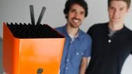 Die beiden Protonet-Gründer Ali Jelveh (links) und Christopher Blum mit ihrer Protonet-Box.