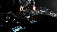 Nachts nebenher als DJ arbeiten darf nur, wer am nächsten Tag trotzdem fit für den eigentlichen Job ist.