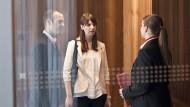 Ein Treffen mit Bedeutung für die Zukunft: Eine Bankberaterin empfängt potentielle Kunden.
