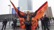 """Als Schmetterling verkleidet ist diese Frau der Protestbewegung """"Extinction Rebellion""""."""