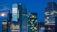 Vollmond über Frankfurt: Deutsche Banken zahlen wegen ihrer hohen Einlagen besonders viel in den Abwicklungsfonds ein.
