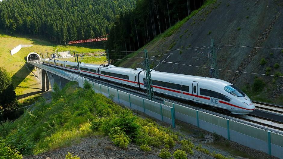 ICE-Züge fahren mit Strom und erzeugen ihre Emissionen nicht dort, wo sie fahren.