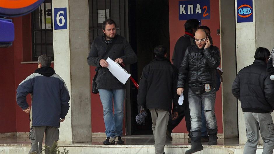 Vor einem Arbeitsamt in Athen: Die Jugendarbeitslosigkeit in Griechenland beträgt immer noch dramatische 50 Prozent.