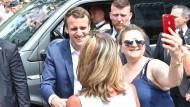 Hat einen echten Lauf: Frankreichs neuer Präsident Emmanuel Macron in einer Heimatstadt Le Touquet am Sonntag.