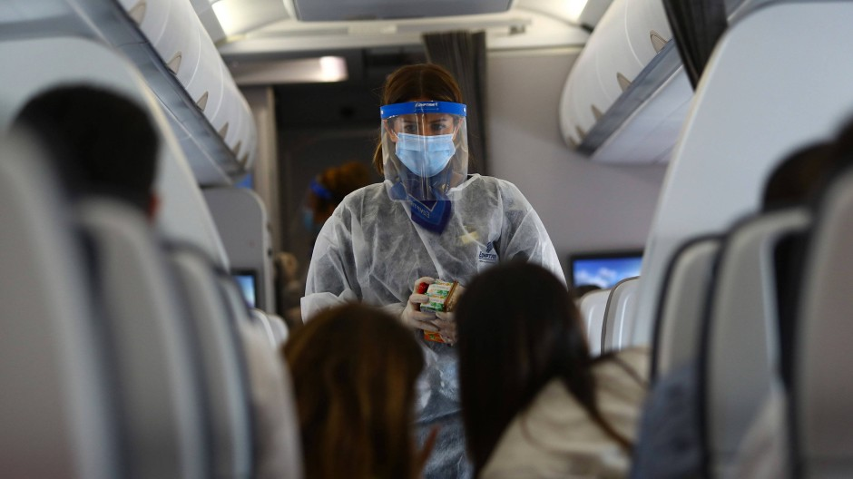 Eine Flugbegleiterin hat sich ausreichend geschützt.
